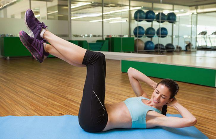 تمرين: شد فخذيك للخلف برفق وابدأ في ثني ركبتيك. عند القيام بالجلوس ، تأكد من أن ظهرك مستقيم ، وأن كتفيك غير مرفوعتين. مجموعتان من 10 إلى 15 تكرارًا ستكون كافية.